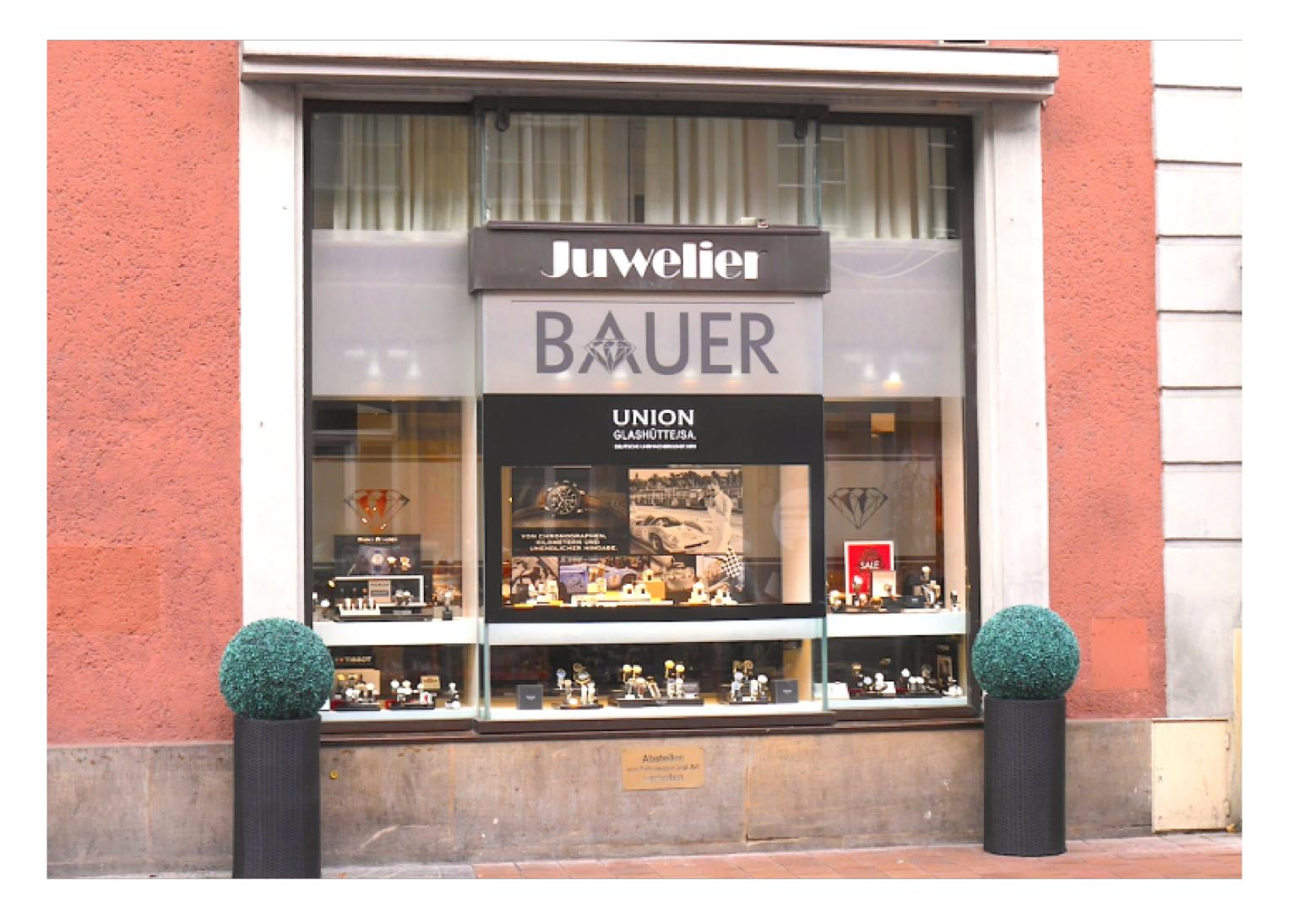Juwelier Bauer in Bamberg von vorne fotografiert mit roter Hauswand